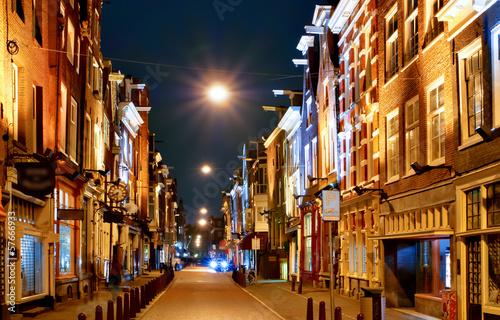 amsterdam-typowa-uliczna-sceneria-w-nocy