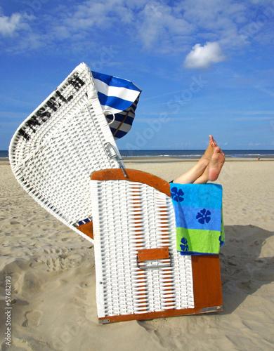 Frau im Strandkorb am Meer