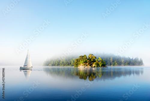 Poster Lac / Etang Island on foggy morning