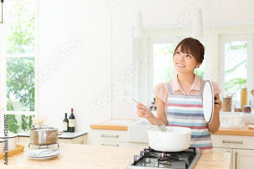 Fotografía  キッチンで料理中の女性