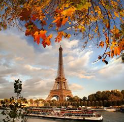 Fototapeta Wieża Eiffla z liści jesienią w Paryżu