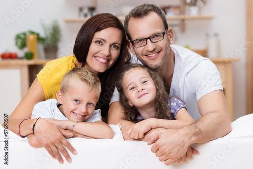 Fotografie, Obraz  lachende familie auf dem sofa