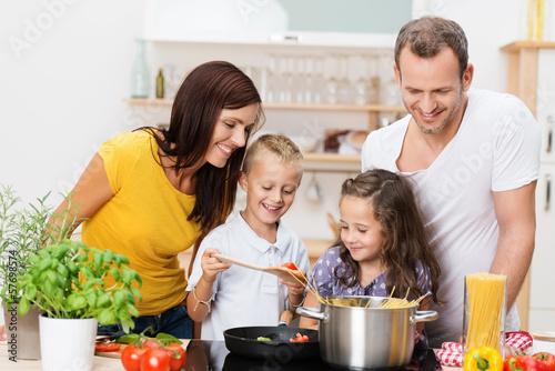 Foto  Familie kocht zusammen spaghetti