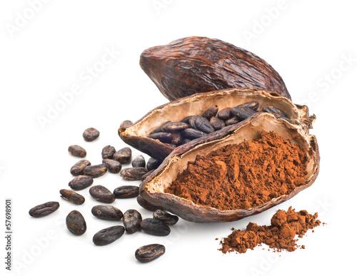 Fotografía  Vaina de cacao, granos de polvo y aislados en un blanco