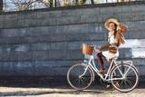 Fototapeta Miasto - kobieta na wycieczce rowerowej w parku miejskim