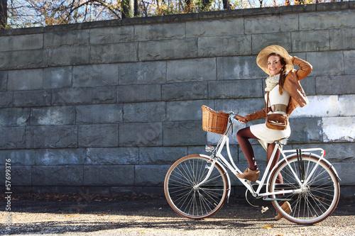 Obraz kobieta na wycieczce rowerowej w parku miejskim - fototapety do salonu