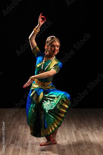 fototapeta na szkło Piękna dziewczyna tancerka tańca indyjskiego klasycznego Bharatanatyam