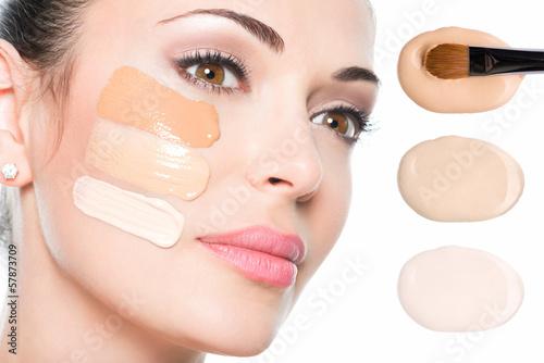 Fotografía  La cara modelo de mujer hermosa con fundamento en la piel