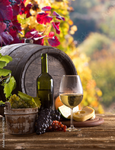 Foto op Canvas Chocoladebruin Wine bottle and glasses on wooden table
