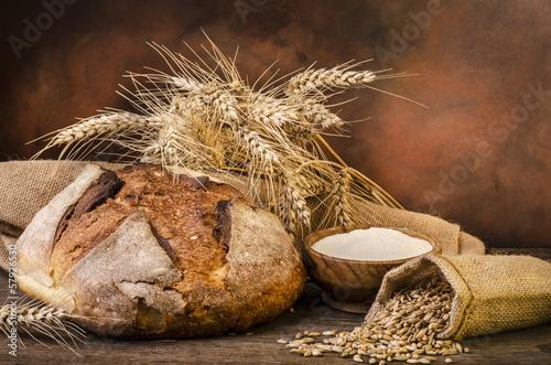 Fototapeta pagnotta con spighe e grano