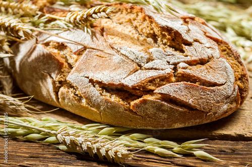 In de dag Bakkerij Closeup of wholemeal bread on old wooden table