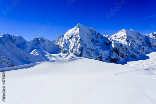 Fotografía Winter mountains- snow-capped peaks of the Alps