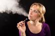 Leinwanddruck Bild - Frau mit elektronische Zigarette