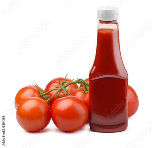 Fotografía  Ketchup bottle and fresh tomatoes