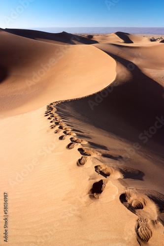 slady-ludzi-na-wydmach-pustyni-erg-chigaga