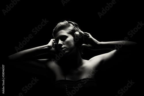 Portret młoda kobieta słucha muzyka