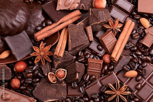 Fototapeta premium Tło z plasterków czekolady, kawy, orzechów i przypraw