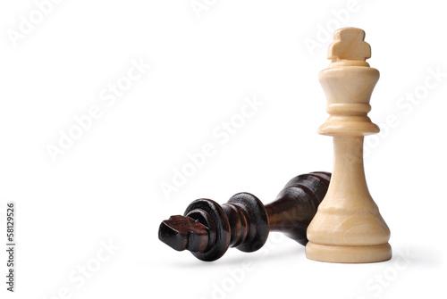Fotografía  Two wooden king chess pieces on white