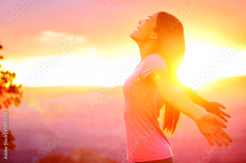 Fotografía  Free happy woman enjoying nature sunset