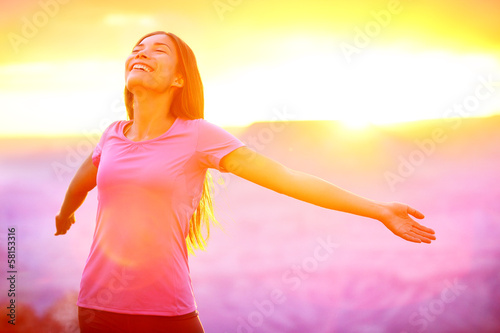 Fotografia  Happy people - free woman enjoying nature sunset