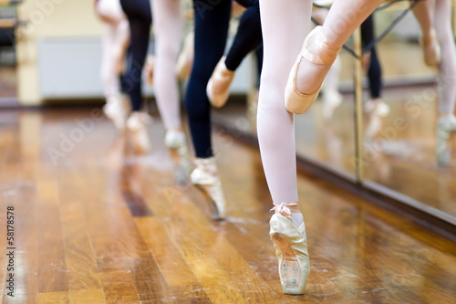 Ballerinas in pointe position плакат
