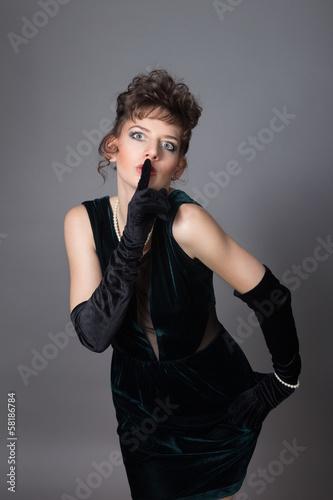 Valokuva  Zjawiskowo urokliwa brunetka w efektownej sukni - 8