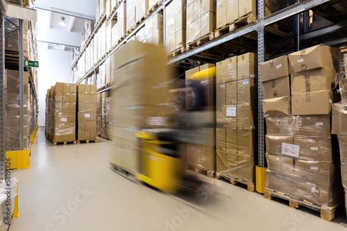 Fototapeta Operator wózka widłowego z produktami