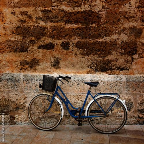 rower-na-tle-ceglanej-starej-scianie