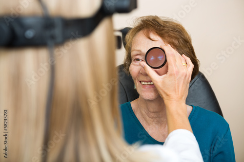 Fotografía  Optician Examining Senior Woman's Eye