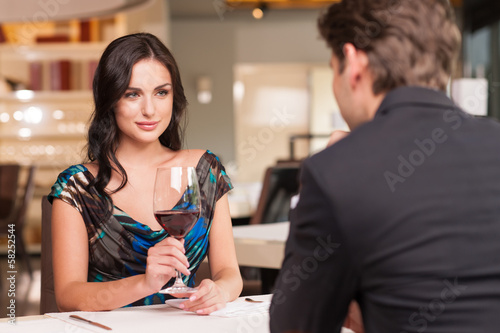 Fotografía  Seducing beautiful woman looking at her lover with wine glass.