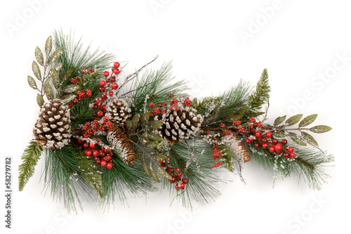 Fotografia  Christmas garland  with red berries and pine cones on white
