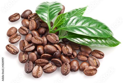 Café en grains Roasted coffee beans and leaves.