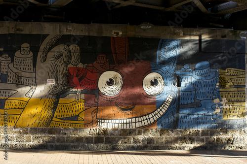 Valokuva  Tags sous une voie de chemin de fer