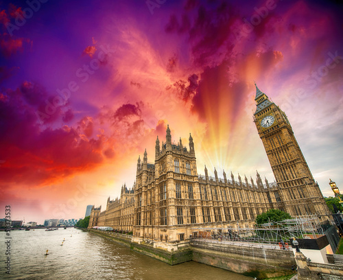 Foto op Plexiglas Violet Houses of Parliament and River Thames, London. Beautiful wide an