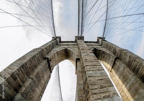 rybie-oko-widok-pylonu-mostu-brooklynskiego-w-miasto-nowy-jork