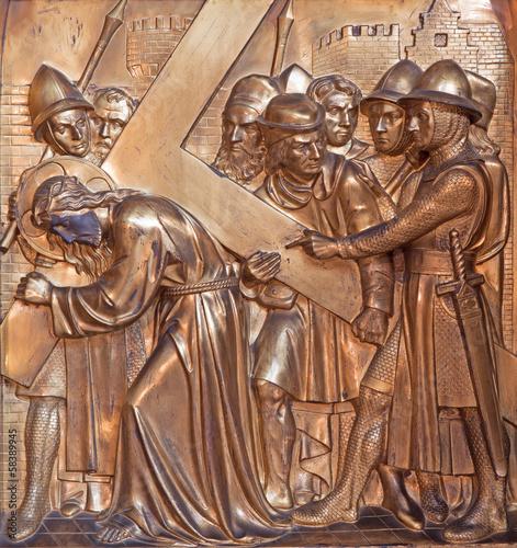 Cuadros en Lienzo Antwerp - Simon or Simon of Cyrene helps Jesus - relief