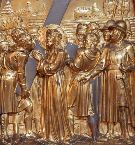 Fotografía Antwerp - Simon of Cyrene helps Jesus with the cross