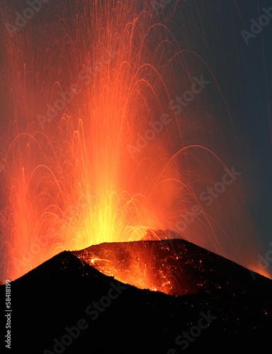 Autocollant pour porte Volcan Volcano Stromboli erupting night eruption