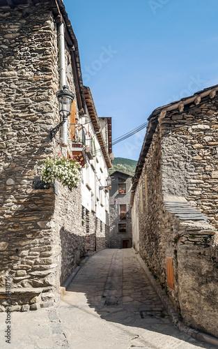 hiszpanska-uliczka-ze-starymi-kamiennymi-budynkami
