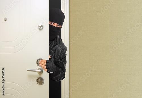 Fotografía  Masked thief at the entrance door