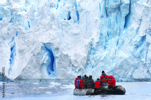 Photo sur Aluminium Antarctique Zodiac Exkursion to Antarctic Glacier Scenery