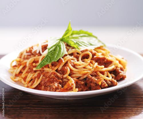 obiad-spaghetti-z-sosem-miesnym-i-bazylia