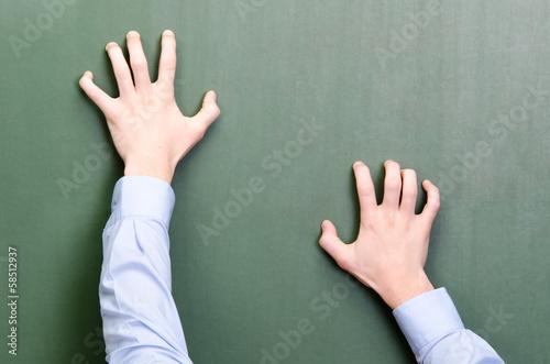 Foto Hände kratzen an einer tafel