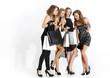 Grupa eleganchich dziewczyn ogląda zakupy