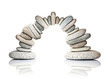 Leinwandbild Motiv Arche de galets en équilibre, fond blanc