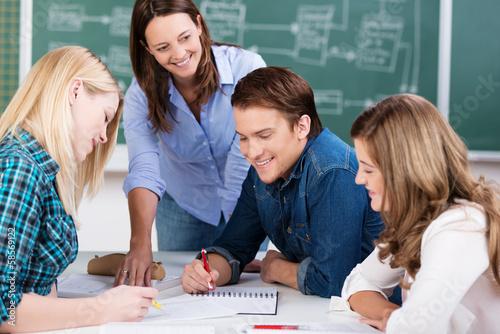 Cuadros en Lienzo schüler bei einer gruppenarbeit im unterricht