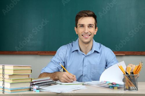 Fotografía  El profesor joven que trabaja en aula de la escuela