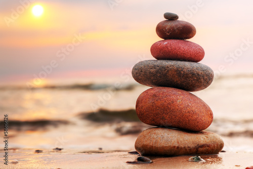 Photo  Stones pyramid on sand symbolizing zen, harmony, balance