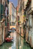 Wenecja, Włochy. Romantyczny wąski kanał i most - 58606758