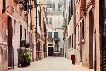 Panel Szklany Architektura A narrow, old street in Venice, Italy